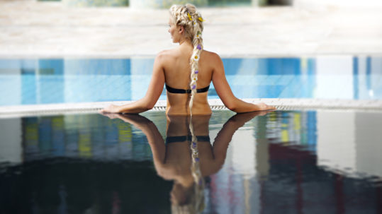 outdoorpool_black_water_woman